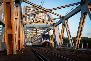 Un train Sprinter traverse le pont ferroviaire entre Weesp et Diemen. sur Stefan Verkerk