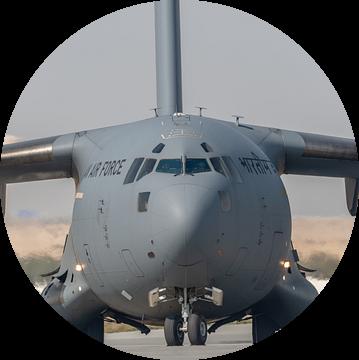 It's a big one! Een Boeing C-17 Globemaster III van de Indiase Luchtmacht is zo juist geland  op vli van Jaap van den Berg