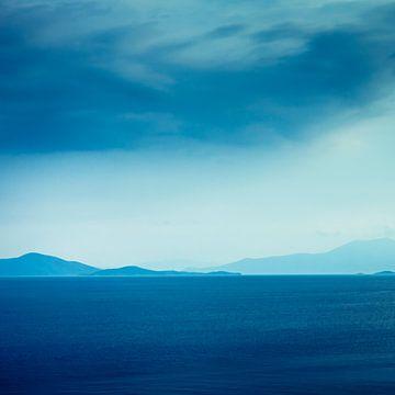 Blick von der griechischen Halbinsel Pilion auf der Insel Evia unter regnerischem Himmel von Marcel Bakker
