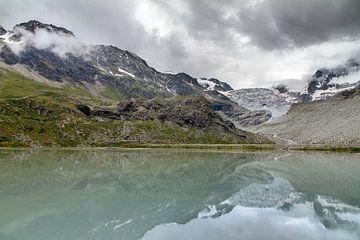Moiry gletsjer met reflectie von Dennis van de Water