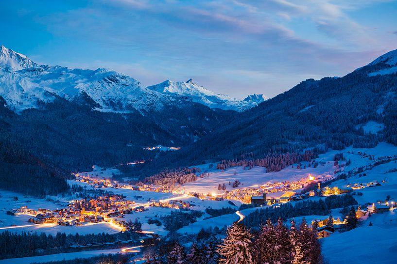 Savognin in Zwitserland in de avonduren van Werner Dieterich