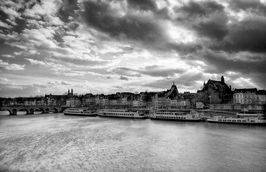 Zwart wit foto van Maastricht met wolken