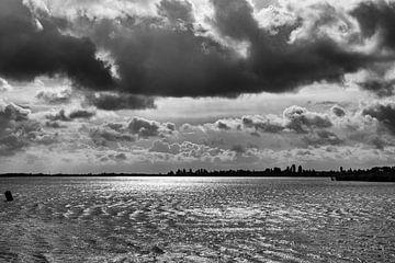 een waanzinnige wolkenlucht, zo boven het water dat beweging komt door de harde wind van Studio de Waay