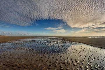 Spiegeling van lucht en strand