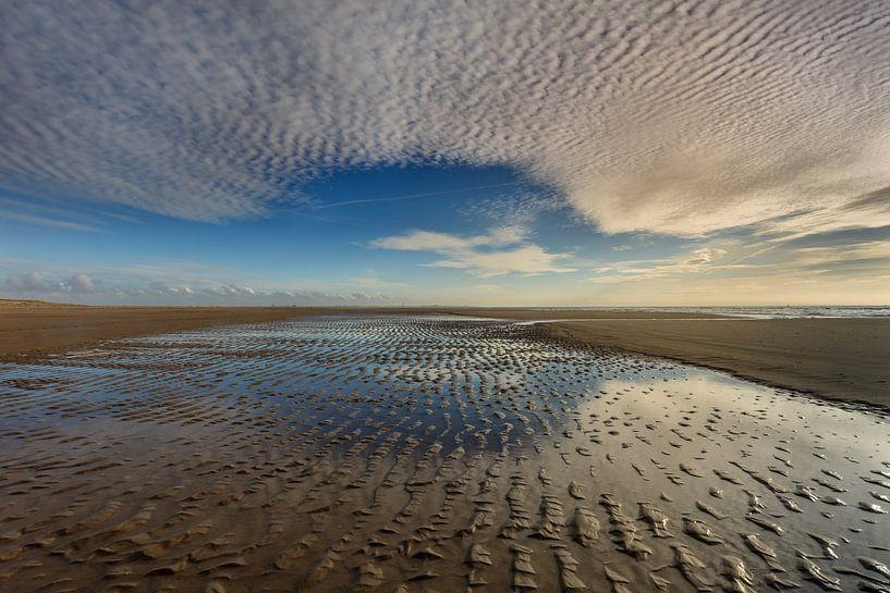 Spiegeling van lucht en strand van Smit in Beeld