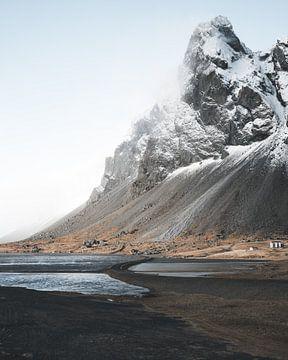 Le périphérique islandais avec la montagne Eystrahorn en arrière-plan. sur Michiel Dros
