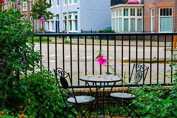 Utrecht - Tuintafeltje met bloem van Wout van den Berg