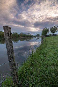 Rivier de Linge met molen De Vlinder in de Betuwe van Moetwil en van Dijk - Fotografie
