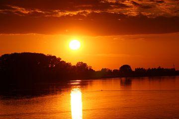 Zonsondergang met een strakke rivier. van Geert Visser