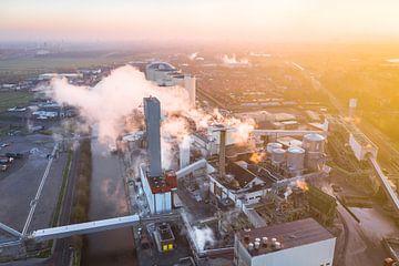 Suikerfabriek Vierverlaten tijdens Zonsopkomst van Droninger