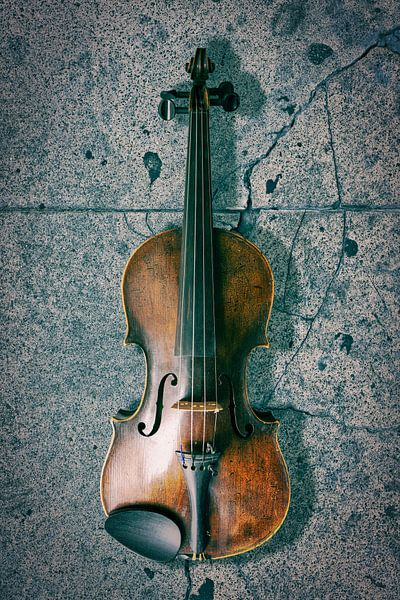 antike Geige auf einem Betonboden von Bert-Jan de Wagenaar