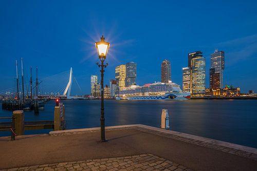 Het cruiseschip AIDA Prima vanuit de Veerhaven in Rotterdam