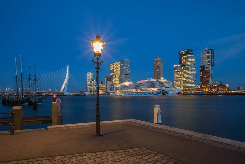 Het cruiseschip AIDA Prima vanuit de Veerhaven in Rotterdam van MS Fotografie   Marc van der Stelt