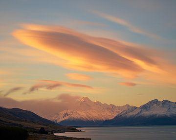 Lenticulaire wolken over Mount Cook bij zonsondergang van Keith Wilson Photography
