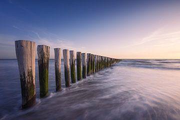 Wellenbrecher an der Küste von Thom Brouwer