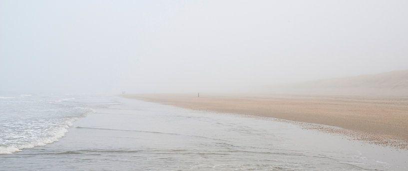 strandwandeling in de mist van Hanneke Luit