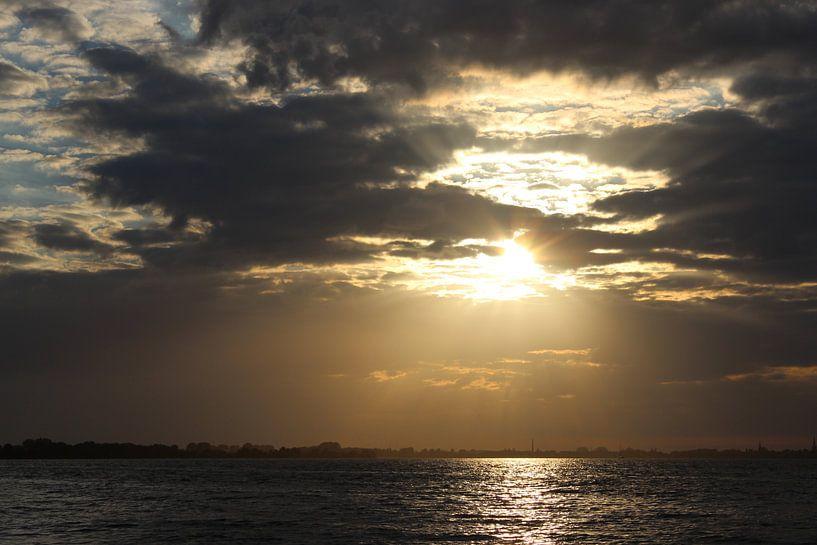 zonsondergang, sunset, wolken van Anja Kok