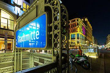 Metrostation Stadtmitte en verlichte gebouwen
