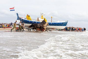 Pferde-Rettungsboot von Ameland geht ins Wasser von Anja Brouwer Fotografie