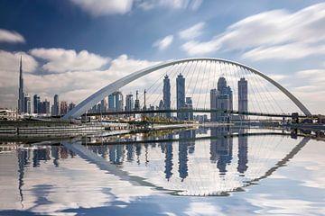 Panoramisch uitzicht op Dubai vanaf het waterkanaal - Tolerantie Brug van Dieter Meyrl