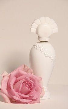 Stilleven roos met parfumfles van Cora Unk