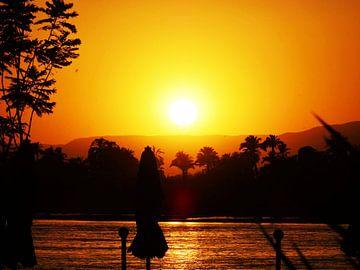 zonsondergang over de Nijl in Egypte van Marleen De Wandeleer