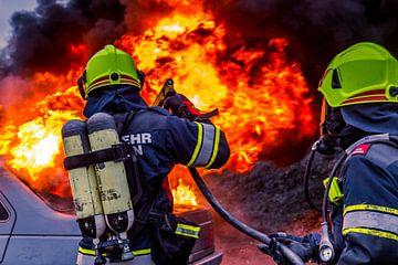 Feuerwehrmänner löschen Autobrand