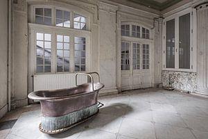 Koperen bad in verlaten badhuis van
