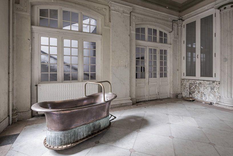 Koperen bad in verlaten badhuis van Kristel van de Laar