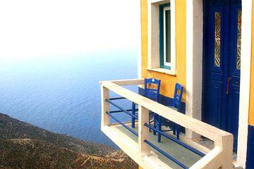 Terrasje met uitzicht, Griekenland van Inge Hogenbijl