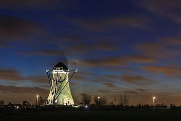 Draaiende molen bij het laatste licht van de dag van Stephan Neven