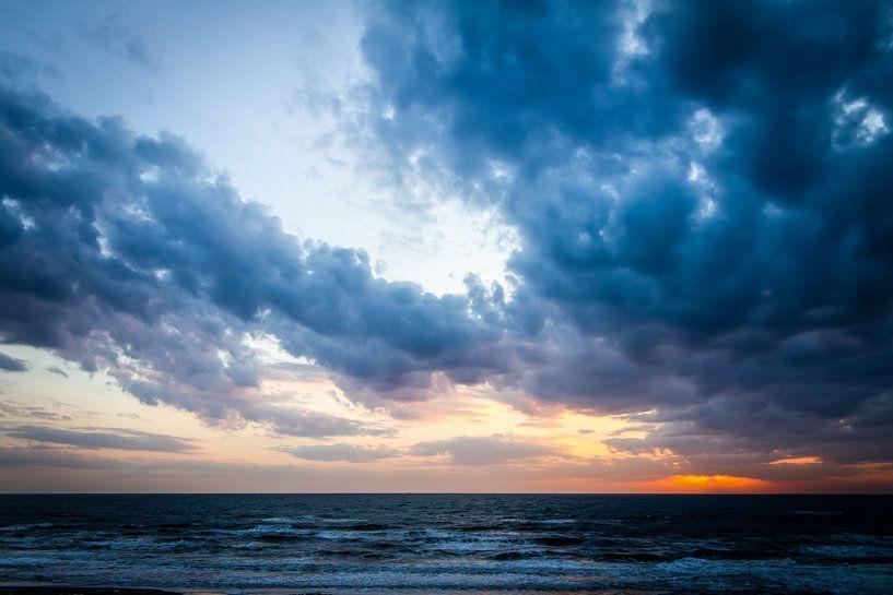 Sunset at sea van Leon Weggelaar
