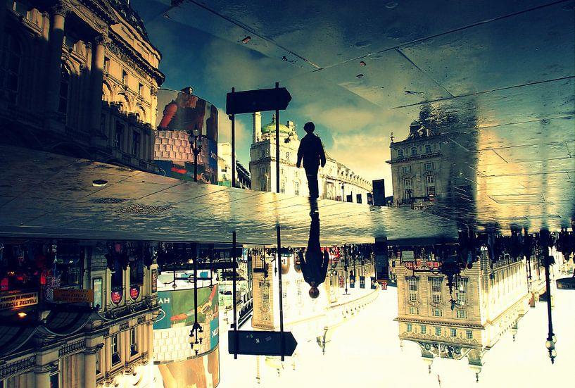 Londen - Piccadilly Circus na een regenbui - surrealistisch van Robert-Jan van Lotringen