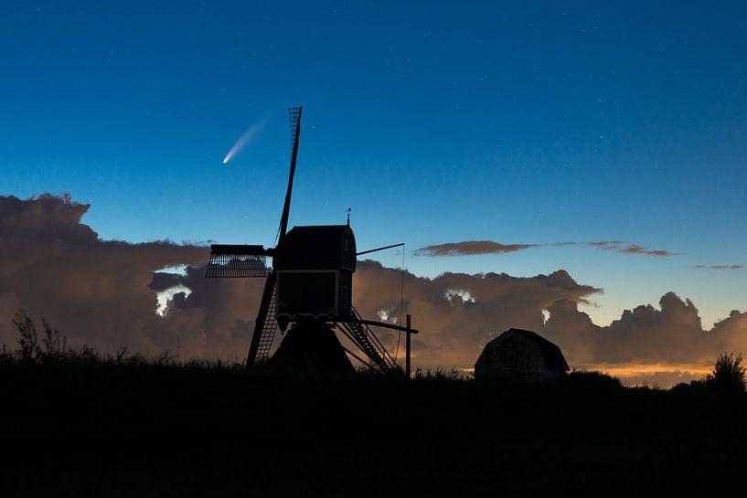 Komeet boven hollandse molen van Menno van der Haven