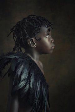 Nigerianisches Mädchen mit Federkragen von Reiny Bourgonje Fotografie