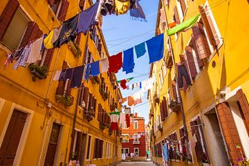 Wasgoed in de straten van Venetië van Easycopters