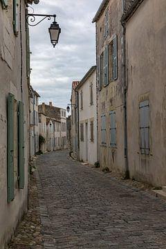 Steegje in Saint Martin de Ré, Frankrijk van Maarten Hoek