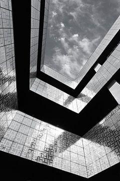 Une architecture frappante avec des tuiles brillantes et un ciel nuageux sur Tony Vingerhoets