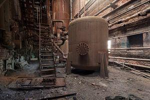 verlaten ketel in een roestige fabriek