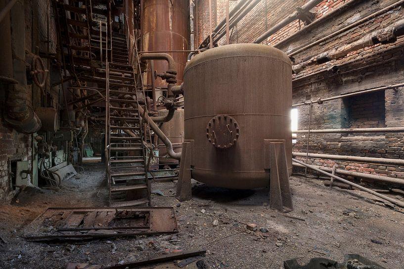 verlaten ketel in een roestige fabriek van Kristof Ven
