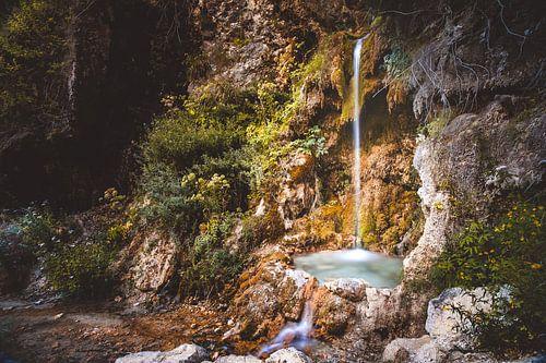 Mystiek & atmosferische waterval met groen mos en rotsen