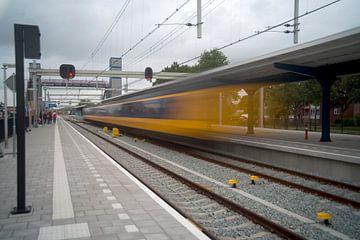 De trein dendert binnen