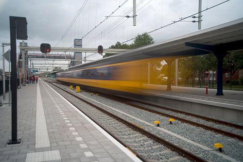 De trein dendert binnen van John Van der Kaap