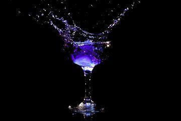 IJsklontje splasht in alcohol van Nisangha Masselink