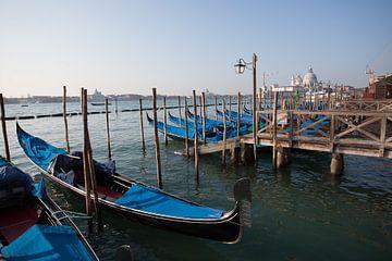Gondeln im Canal Grande von Venedig von Joost Adriaanse