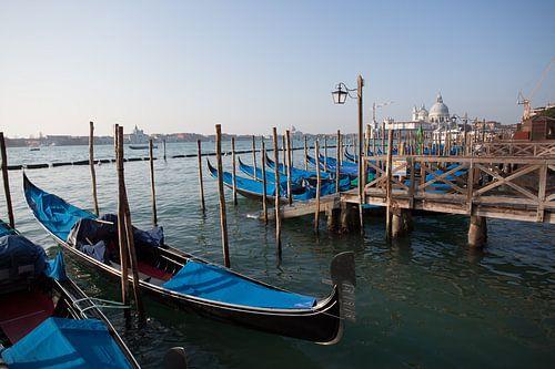 Gondels in het groyte kanaal van Venetie