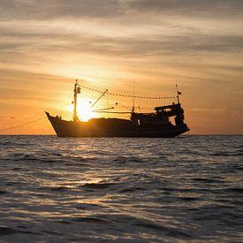 Schip bij zonsondergang van Anne Zwagers