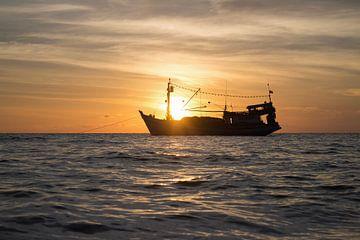 Schiff bei Sonnenuntergang von Anne Zwagers