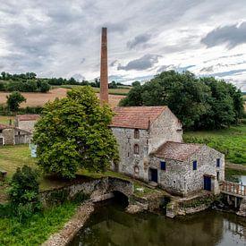 Een verlaten fabriek bij le Pont Charron. von Don Fonzarelli