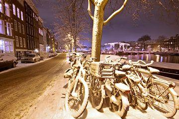 Verschneite Fahrräder in Amsterdam Niederlande von Nisangha Masselink